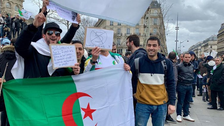 6 000 personnes ont manifesté le 3 mars à Paris contre un 5e mandat d'Abdelaziz Bouteflika. (SÉBASTIEN SABIRON / FRANCE-INTER)