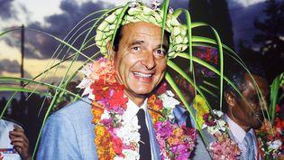 Jacques Chirac, coiffé d'un chapeau traditionnel, sourit le 29 août 1986 lors de son arrivée à Nouméa (Nouvelle-Calédonie). (REMI MOYEN / AFP)