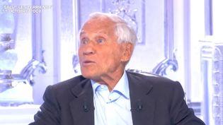 """Capture d'écran du passage de Jean d'Ormesson dans """"Salut les Terriens !"""", le 11 octobre 2008. (YOUTUBE / TELE PARIS)"""