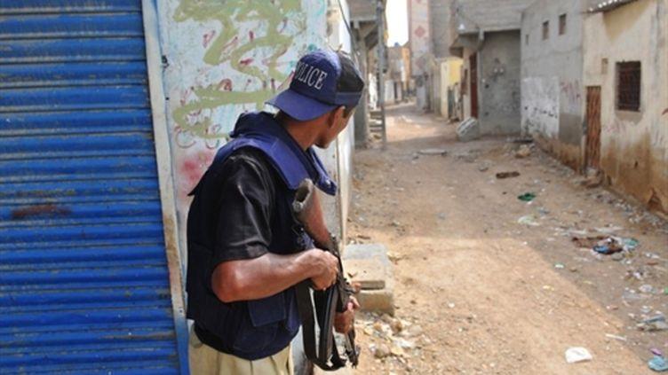 Un policier pakistanais dans une banlieue de Karachi où des affrontements ont fait 70 morts (04/08/2010) (AFP/RIZWAN TABASSUM)