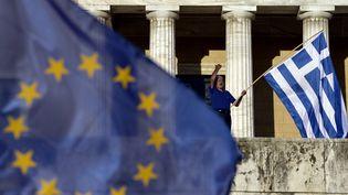 Un homme manifeste devant le Parlement grec, à Athènes, la capitale grecque,le 22 juin 2015. (ARIS MESSINIS / AFP)