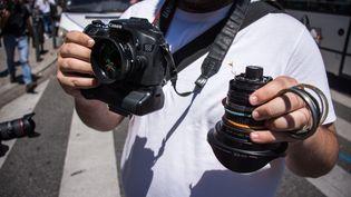 Un photographe montre son appareil, cassé lors d'une manifestation contre la loi Travail, le 28 juin 2016 à Toulouse. (MAXIME REYNIE / CITIZENSIDE)