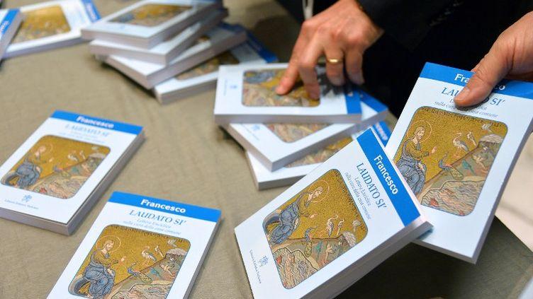 L'encylique sur l'environnement du pape François, mise à disposition lors de sa présentation officielle au Vatican, le 18 juin 2015. (VINCENZO PINTO / AFP)