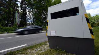 Un radar autonome installé sur une route à Chaumont (Haute-Marne), le 25 mai 2016. (MAXPPP)