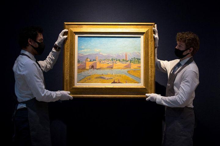 """Le tableau """"La tour de mosquée Koutoubia"""" peint par Winston Churchill à la maison de vente aux enchères Christie's, à Londres le 17 février 2021. (TOLGA AKMEN / AFP)"""