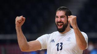 Quatrième finale olympique consécutive pour Nikola Karabatic et l'équipe de France de handball après la victoire contre l'Égypte, le 5 août 2021. (FRANCK FIFE / AFP)