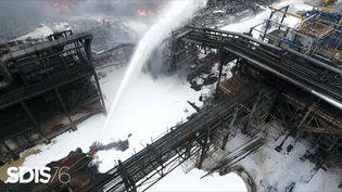 Des pompiers tentent de maîtriserl'incendie de l'usine Lubrizol de Rouen (Seine-Maritime), le 27 septembre 2019. (HO / SDIS / AFP)
