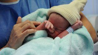 Un nouveau né à la maternité d'Abbeville (Somme).Photo d'illustration. (PASCAL BACHELET / BSIP / AFP)