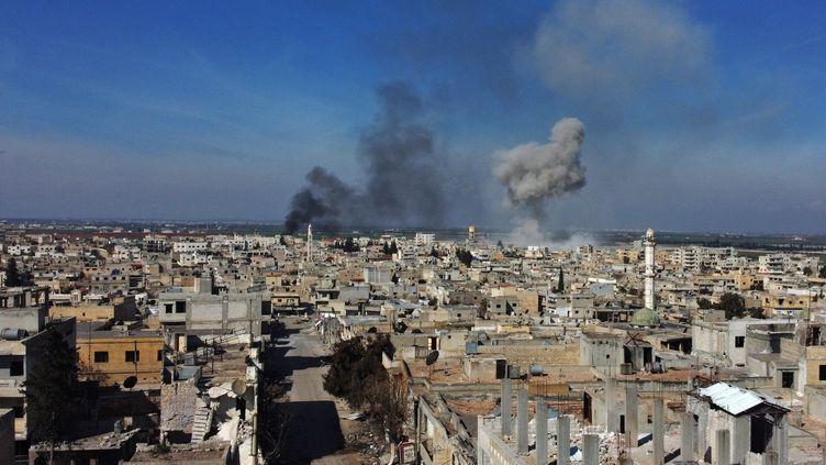 De la fumée s'échappe de la ville de Saraqib dans la partie orientale de la province d'Idlib, dans le nord-ouest de la Syrie, le 27 février 2020 (photo d'illustration). (AREF TAMMAWI / AFP)