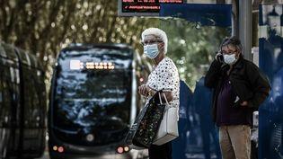 Des Bordelais attendent le tram à Bordeaux, le 14 septembre 2020. (PHILIPPE LOPEZ / AFP)
