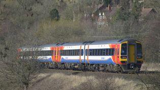 Un train circule près de Chinley, dans le Derbyshire (Royaume-Uni), le 14 février 2016. (JONATHAN NICHOLSON / NURPHOTO / AFP)