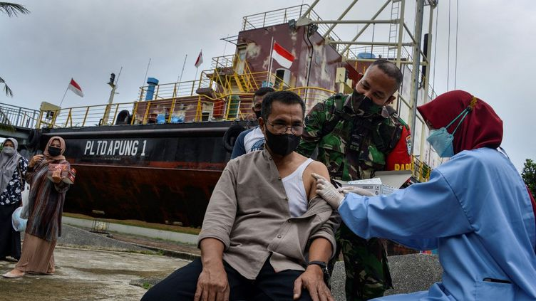 Une infirmière administre un vaccin (CHAIDEER MAHYUDDIN / AFP)