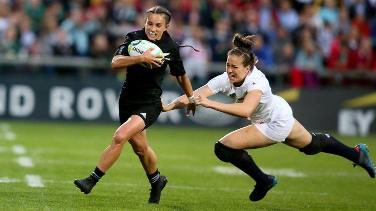 L'arrière néo-zélandaise Selica Winiata échappe au plaquage de l'Anglaise Emily Scarratt lors de la finale de la Coupe du monde de rugby, à Belfast (Irlande), le 26 août 2017. (PAUL FAITH / AFP)