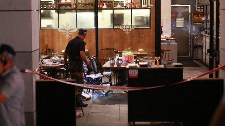 Des policiers examinent la salle de restaurant de Tel Aviv (Israël), où une fusillade a fait quatre morts, le 8 juin 2016. (NURPHOTO / AFP)