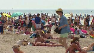 La Côte d'Opale (Pas-de-Calais) n'est pas épargnée par les très fortes températures. Mais l'air marin étant moins étouffant, certains quittent la ville pour se réfugier en bord de mer. Nombreux sont les hôtels qui reçoivent des réservations de dernière minute. (France 2)
