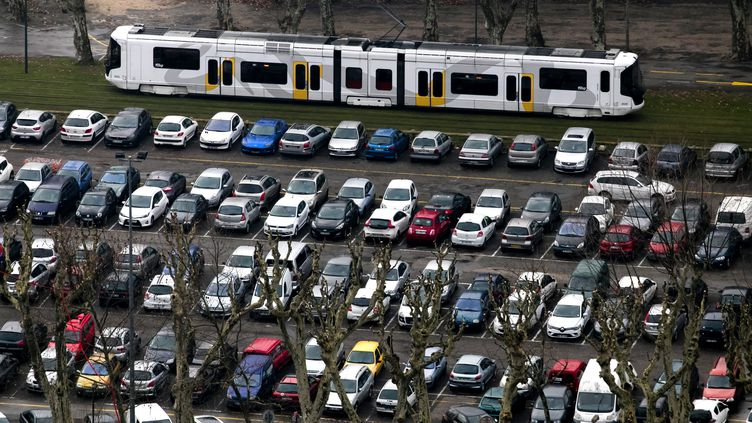 Un parking de voitures à Grenoble (Isère), le 8 janvier 2019. (MAXPPP)