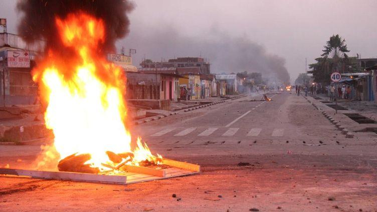 Des feux ponctuent les rues de Kinshasa (République démocratique du Congo), le 10 décembre 2011. (HAN BING / XINHUA)