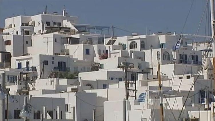 Des maisons blanches typiques de l'île de Paros (Grèce), le 21 juin 2012. (FTVI / FRANCE 2)