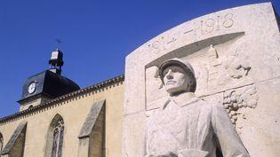 Le monument aux morts de Vayres, en Gironde, photographié le 3 juillet 2008. (BRUNO BARBIER / PHOTONONSTOP/AFP)