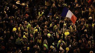 """Des """"gilets jaunes"""" sur les Champs-Elysées, le 31 décemre 2018. (THOMAS SAMSON / AFP)"""