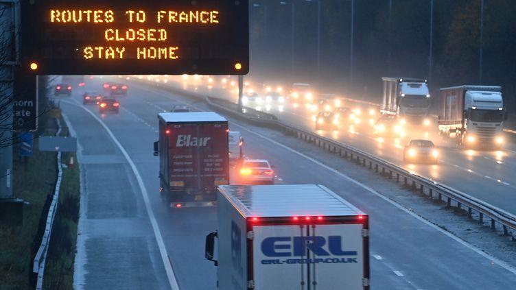 """Sur l'autoroute anglaise M56 le 21 décembre 2020 un affichage lumineux indique : """"Routes vers la France fermées. Restez chez vous"""". (PAUL ELLIS / AFP)"""