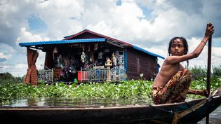 Au Cambodge, après l'école, Chenda regagne sa maison flottante. (Géo Franck VOGEL)