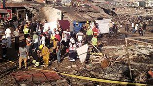 Des secouristes inspectent les décombres sur le marché de feux d'artifice de Tultepec, le plus grand du Mexique, le 20 décembre 2016. (RED CROSS MEXICO / DPA / AFP)