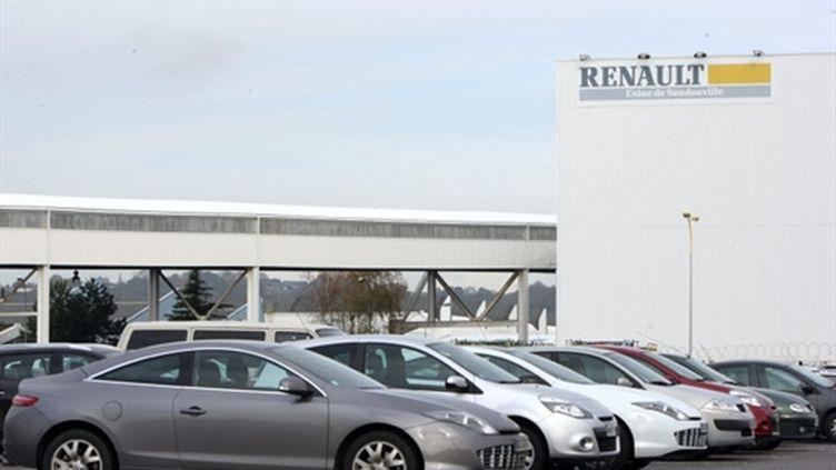 Des véhicules Renault sur un parking de l'usine de Sandouville (Seine-Maritime) (AFP - KENZO TRIBOUILLARD)