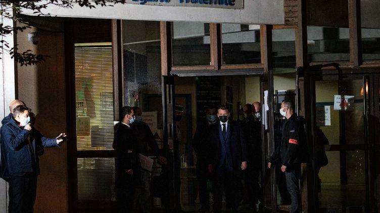 Emmanuel Macron sort du collège du Bois d'Aulne, à Conflans-Sainte-Honorine (Yvelines), le 16 octobre 2020. (ABDULMONAM EASSA / AFP)