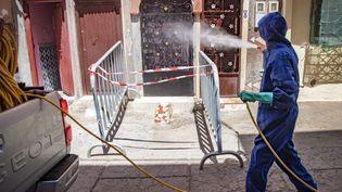 Un employé municipal désinfecte devant une maisondans la ville portuaire de Safi, dans le sud du pays, le 9 juin 2020. (FADEL SENNA / AFP)
