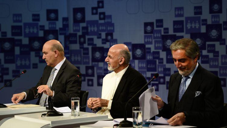 De gauche à droite, Qayum Karzai (qui s'est retiré depuis), Ashraf Ghani et Abdullah Abdullah, le 8 février 2014 pendant l'un des nombreux débats télévisés qui ont rythmé la campagne en Afghanistan. (WAKIL KOHSAR / AFP)