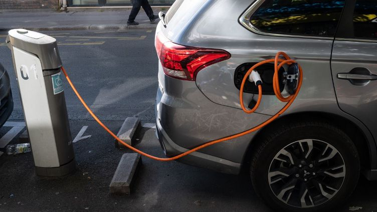 Une voiture électrique en charge, à Paris, le 19 mai 2020. (RICCARDO MILANI / HANS LUCAS / AFP)