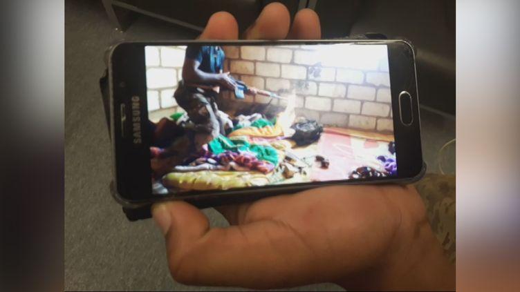 """""""Ravachol"""",combattant français en Syrie, montrant une vidéo de lui auprès des YPG, les forces kurdes. (BENJAMIN CHAUVIN / RADIO FRANCE)"""