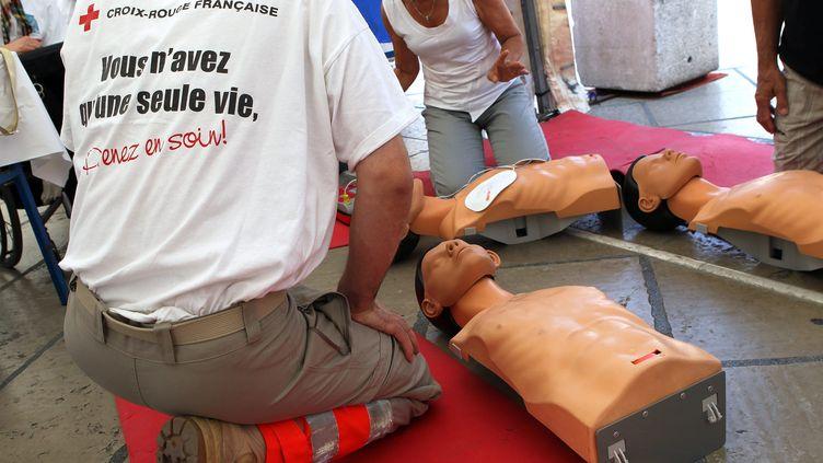 Apprentissage des premiers secours à Montpellier avec la Croix Rouge, le 20 mai 2011. (GUILLAUME BONNEFONT / MAXPPP)