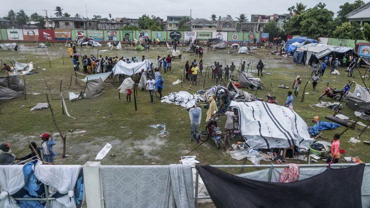 Des habitants érigent des abris de fortune aux Cayes (Haïti), mardi 17 août 2021, quelques jours après le tremblement de terre qui a ravagé le sud du pays. (REGINALD LOUISSAINT JR / AFP)