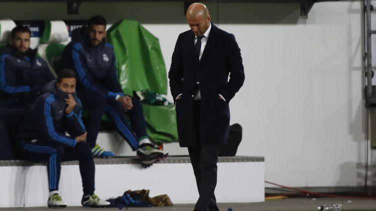 Zinédine Zidane et le Real Madrid ont connu un sévère revers lors de leur déplacement à Wolfsburg. (ODD ANDERSEN / AFP)