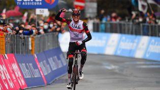 Joe Dombrowski (UAE Emirates) célébrant sa victoire sur la4e étape du Tour d'Italie, mardi 11 mai 2021. (DARIO BELINGHERI / AFP)