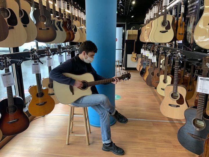 Le rayon guitare de l'un des magasins Woodbrass à Paris, le 17 février. (MATHILDE VINCENEUX / RADIO FRANCE)