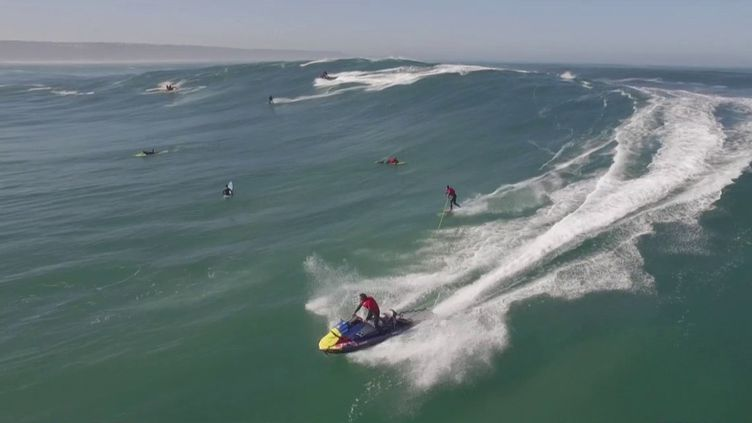 France 3 nous emmène à Nazaré, au Portugal, où l'on peut trouver des vagues gigantesques, parmi les plus hautes du monde. C'est là que s'est déroulé le championnat du monde de surf. Une Française, Justine Dupont, fait partie des médaillés. (France 3)
