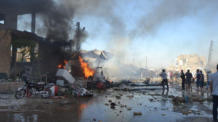 Des bâtiments en flamme à Idleb, en Syrie, le 12 septembre 2016. (BHJAT NAJAR / ANADOLU AGENCY / AFP)