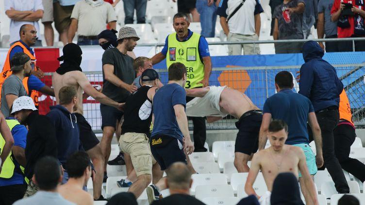 Des hooligans russes attaquent des Anglais, le 11 juin 2016 à Marseille. (VITALIY BELOUSOV / SPUTNIK / AFP)
