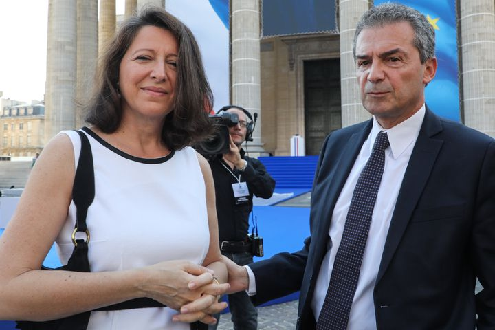 La ministre de la Santé, Agnès Buzyn, accompagnée de son époux, Yves Lévy, le 1er juillet 2018 à Paris, lors de l'entrée au Panthéon de Simone Veil. (LUDOVIC MARIN / AFP)