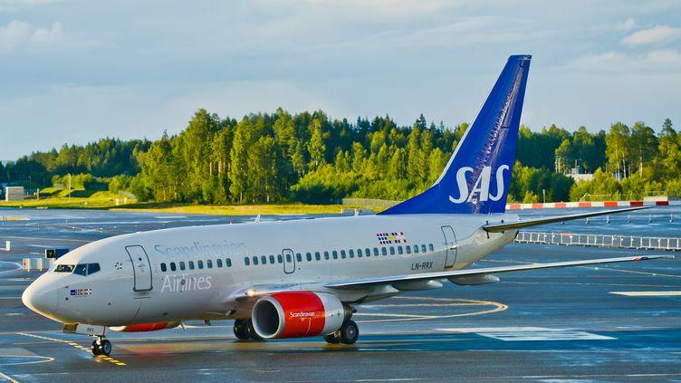 Un avion de la compagnie SAS sur le tarmac de l'aéroport d'Oslo-Gardermoen (Norvège), le 15 août 2016. (ARTUR WIDAK / NURPHOTO / AFP)