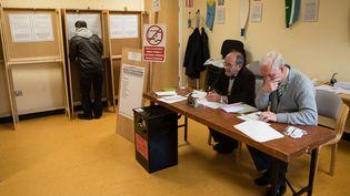 Dans un bureau de vote, le 26 février 2016 à Dublin (Irlande). (LEON NEAL / AFP)