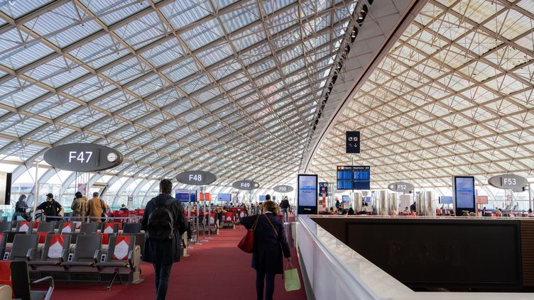 Le terminal F de l'aéroport Roissy-Charles-de-Gaulle, près de Paris, le 11 mai 2021. (SANDRINE MARTY / HANS LUCAS / AFP)