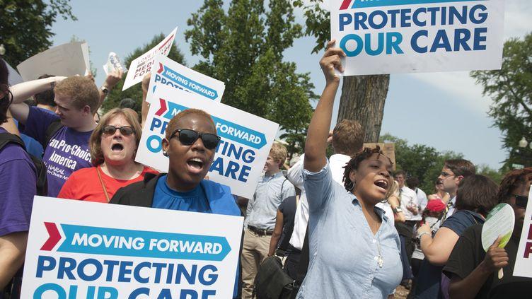 Les supporters du président Barack Obama devant la Cour suprême, à Washington, le 28 juin 2012. (SAUL LOEB / AFP)