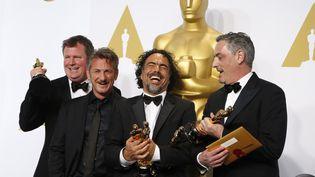 """Le réalisateur de """"Birdman"""" Alejandro González Iñárritu pose avec l'acteur Sean Penn et les deux producteurs de son film, James W. Skotchdopole (à g.) etJohn Lesher (à d.), le 22 février 2015. ( LUCY NICHOLSON / REUTERS)"""