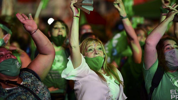 Des militants pro-avortement devant le Sénat argentin après l'adoption du texte légalisant l'IVG, à Buenos Aires, le 30 décembre 2020. (RONALDO SCHEMIDT / AFP)