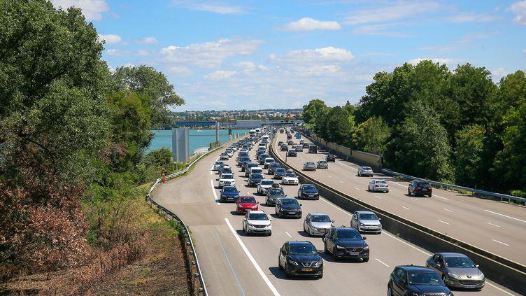 Des voitures dans les embouteillages sur l'autoroute A7, le 11 juillet 2020, à Valence (Drôme). (NICOLAS GUYONNET / HANS LUCAS / AFP)
