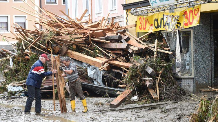 Des habitants enlèvent les débris causés par d'importantes inondations à Simbach am Inn, dans le sud de l'Allemagne, jeudi 2 juin 2016. (CHRISTOF STACHE / AFP)